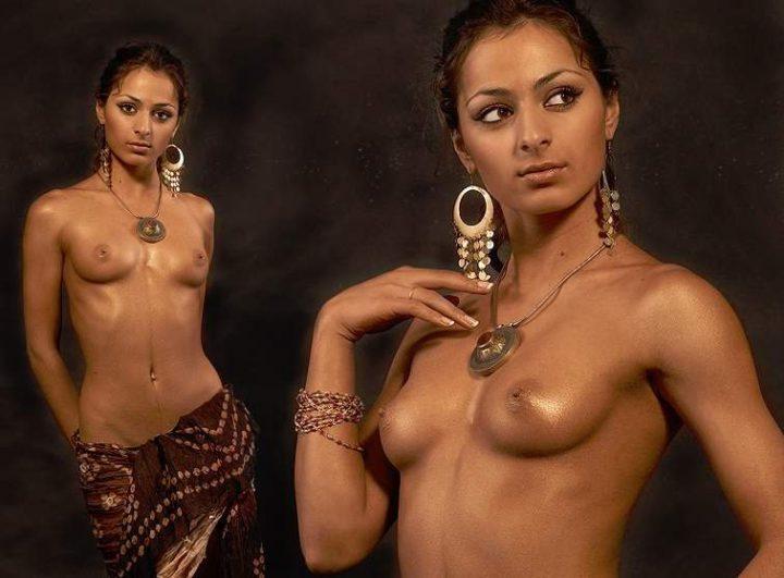 Сексуальная индуска в красивых украшениях с обнаженной маленькой грудью