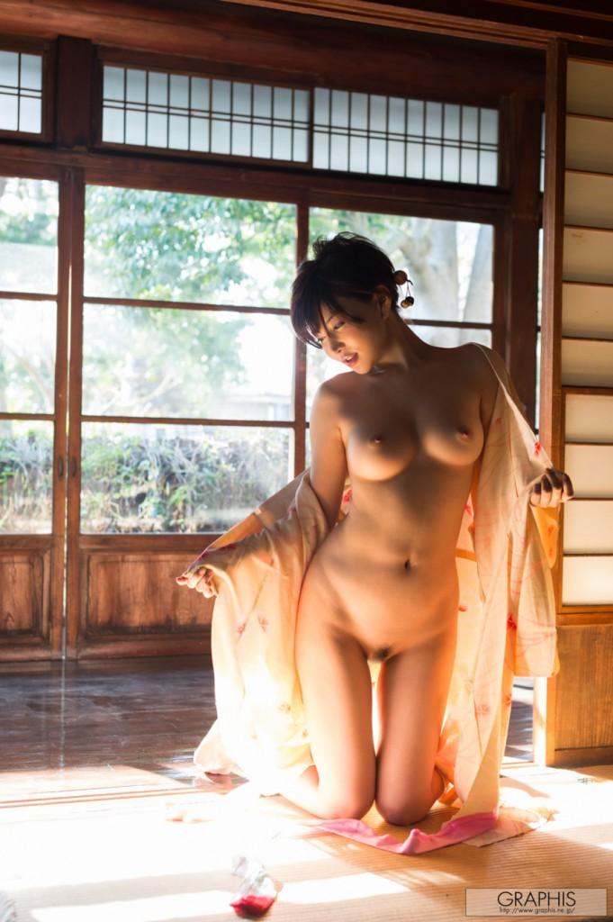 Красивая японка в кимоно на голое тело