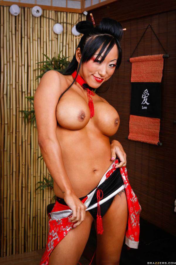Развратная сексуальная японка с большими сиськами