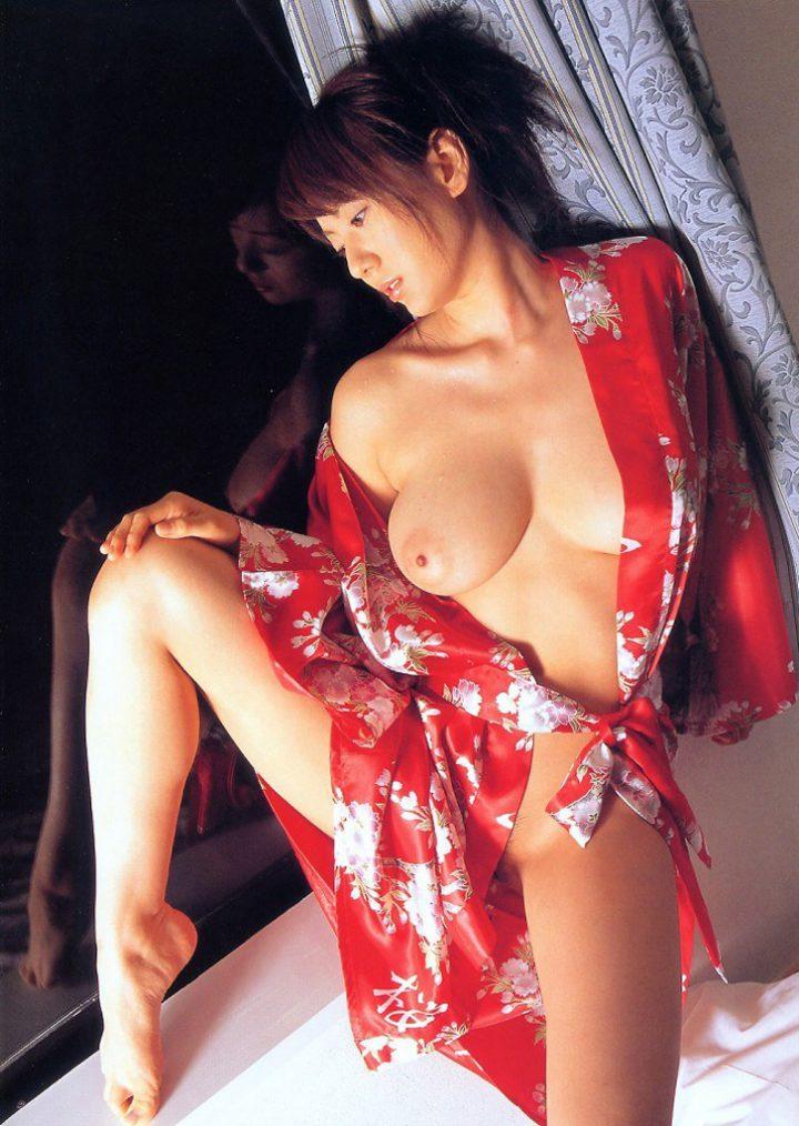 Девушка японка в халатике голая сидит на окне