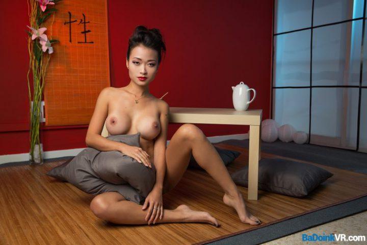 Японка пьет чай полностью обнаженная