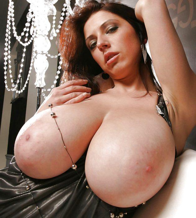 Женщина на фото в украшении с огромными сиськами