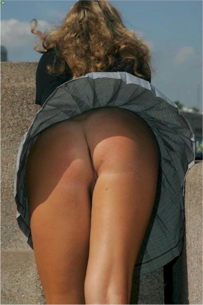 Девушка в короткой юбке наклонилась и засветила свои булочки