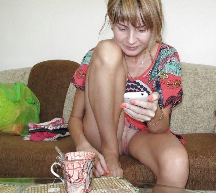 Молодая девушка пьет чай в халате и без трусиков