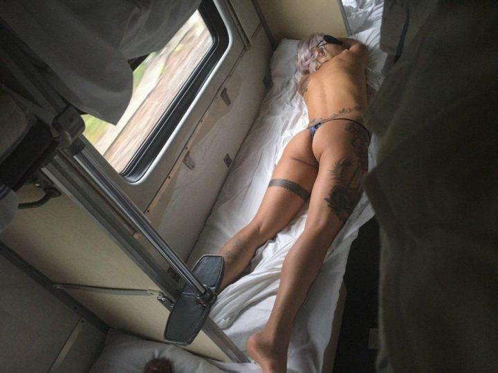 Девушка не стесняется в плацкартном вагоне спать в одних трусах