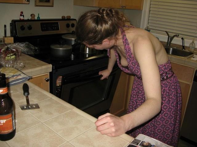 Хозяюшка не заморачиваясь надела платье на голое тело, оголив маленькие сиськи
