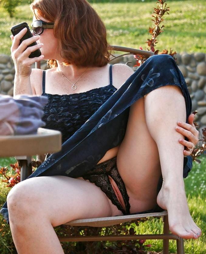 Девушка сидит и пьет вино расставив ноги и в эротических трусах светит своей вагиной
