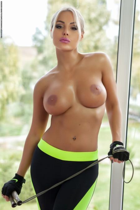 Шикарная девушка с красивой пышной грудью