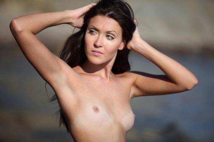 Худенькая брюнетка с миниатюрной грудью