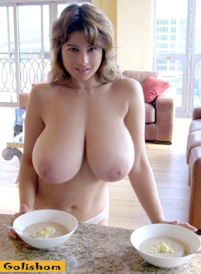Обварожительная девушка с голыми огромными сиськами решила позавтракать