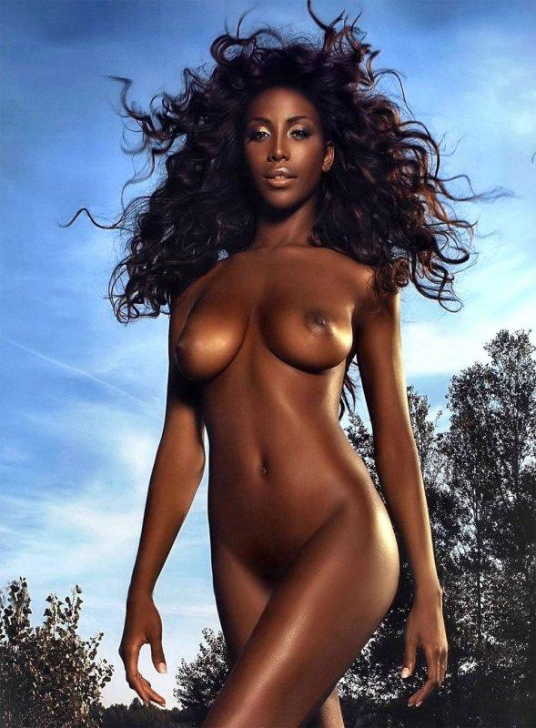 Сексуальная пантера полностью голая с красивым цветом кожи