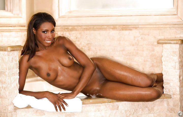 Мокрая голая девушка негритяночка отдыхает в бане