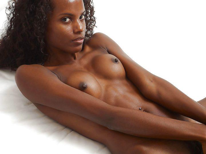 Кудрява девушка с шоколадным цветом кожи с идеальным пресом