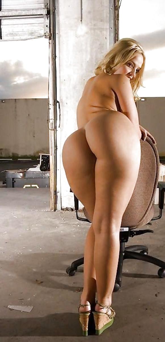 Милая женщина голая с огромной упругой попой