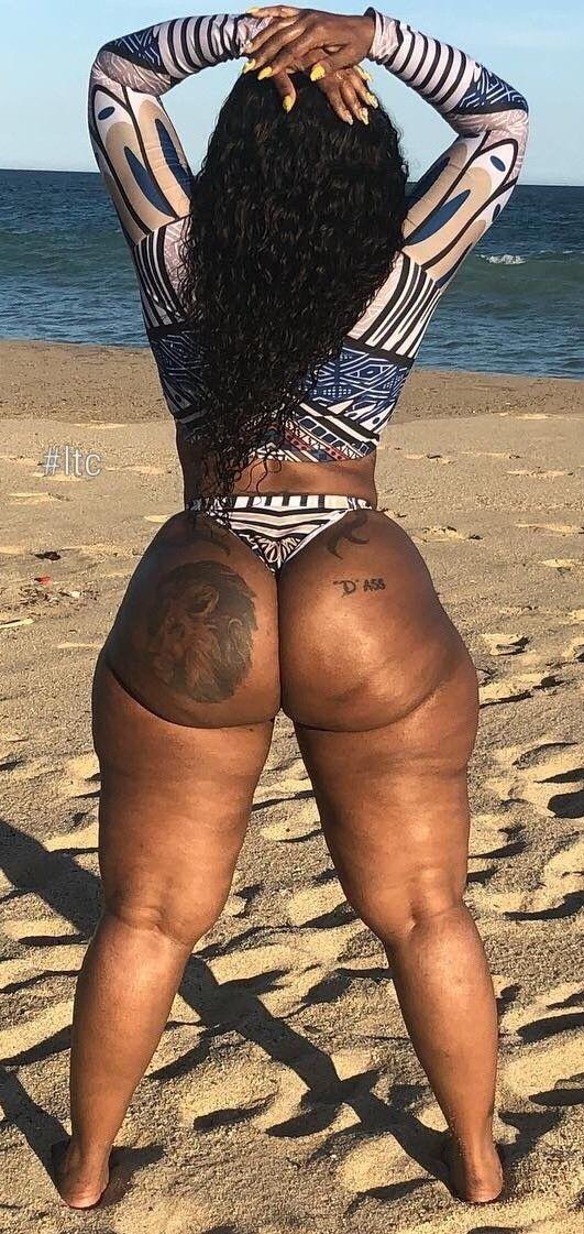 Негритянка сна пляже с огромной натуральной попой