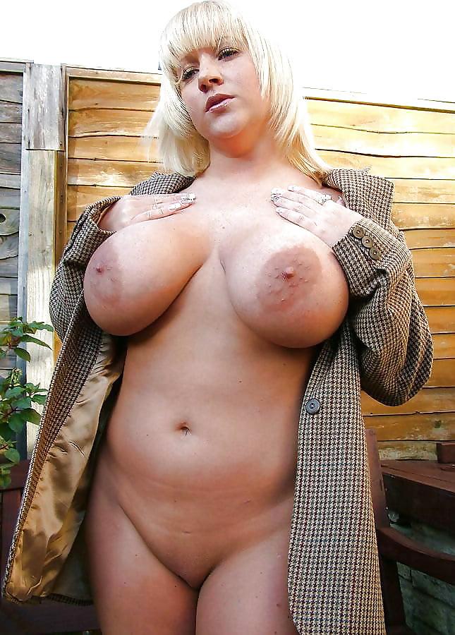 Русская баба в пальто на голое тело с огромными сиськами
