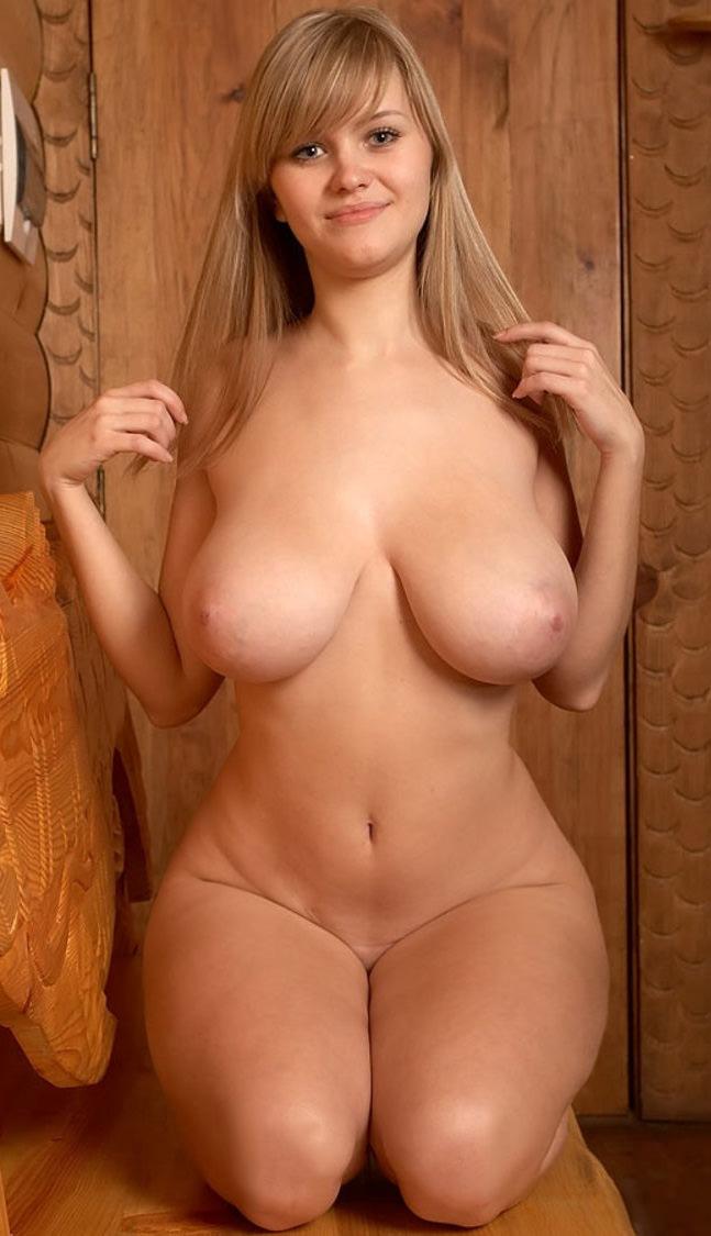 Юная красивая русская баба с огромными натуральными сиськами и круглыми бедрами
