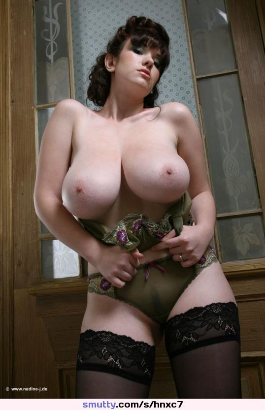 Сексуальная русская баба сняла эротическое белье и показала всем огромные натуральные сиськи