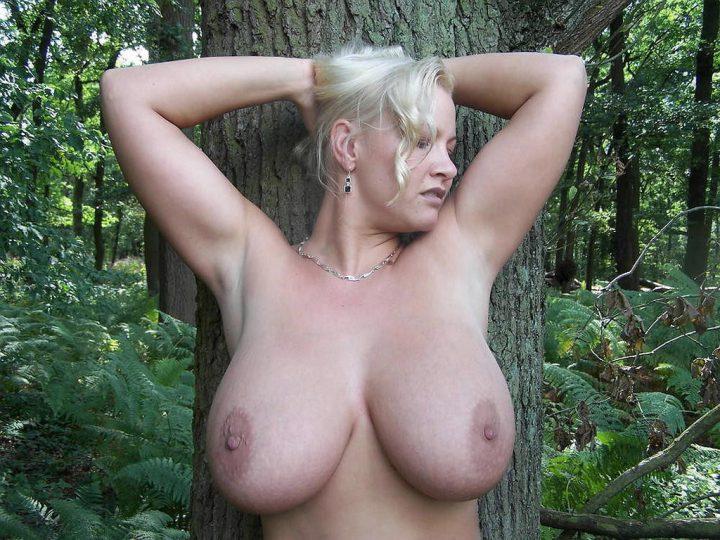 Эффектная русская баба разделась в лесу и показала огромные натуральные сиськи