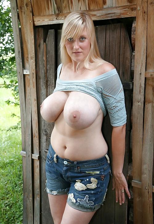 Деревенская русская баба с удовольствием покажет огромные натуральные сиськи