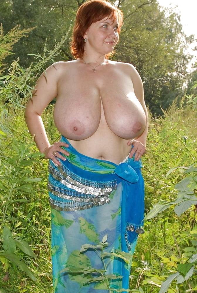 Русская баба в костюме восточной красавица с голыми натуральными сиськами