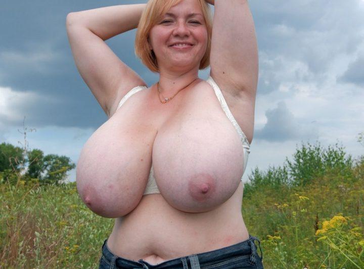 Веселая русская баба без лифчика с огромными натуральными сиськами