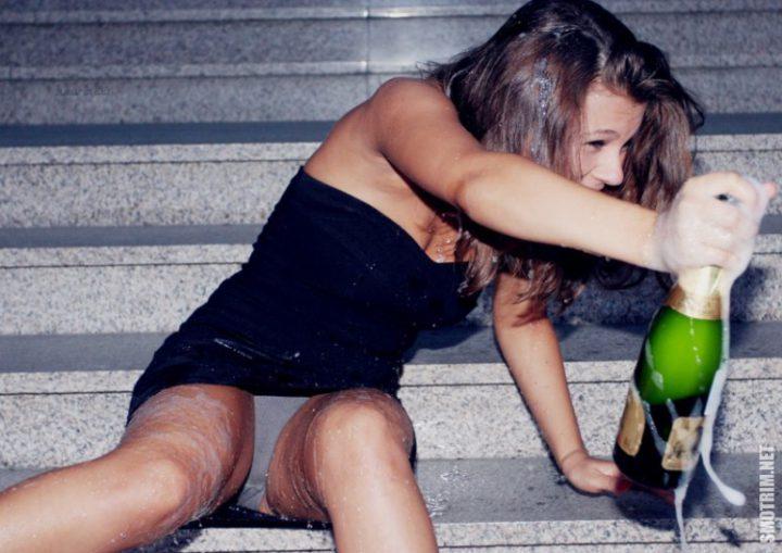 Девушка напилась и облилась шампанским и засветила трусики