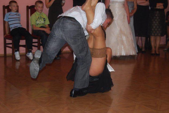Так страсно пара танцевала, что девушка упала и оголила свою жопу