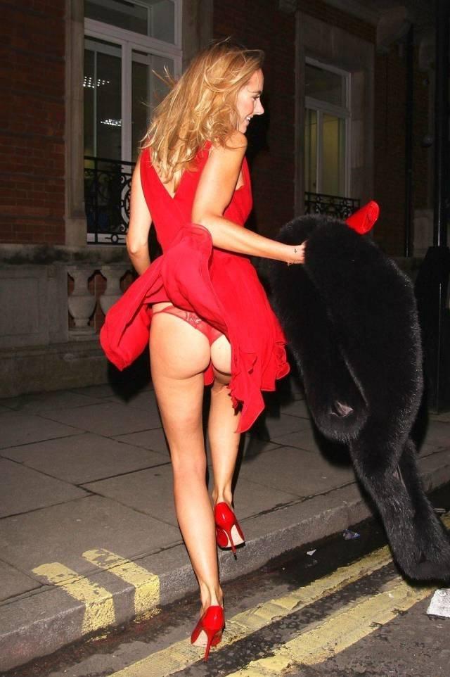 Девушка в легком красном платье после вечеринки не заметила как показала всем свою жопу