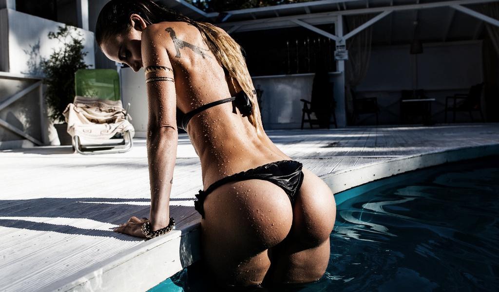Мокрая девушка с красивой попой вылазит из бассейна