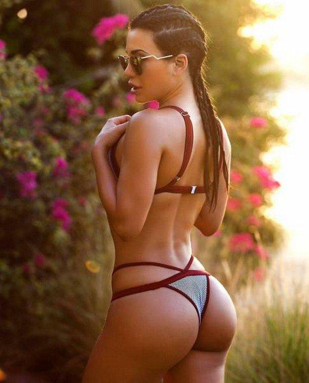 Стройная девушка с круглой красивой попой в эротическом купальнике