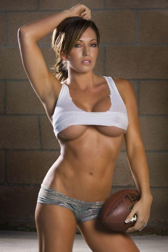 Сексапильная девушка спортсменка с красивыми формами