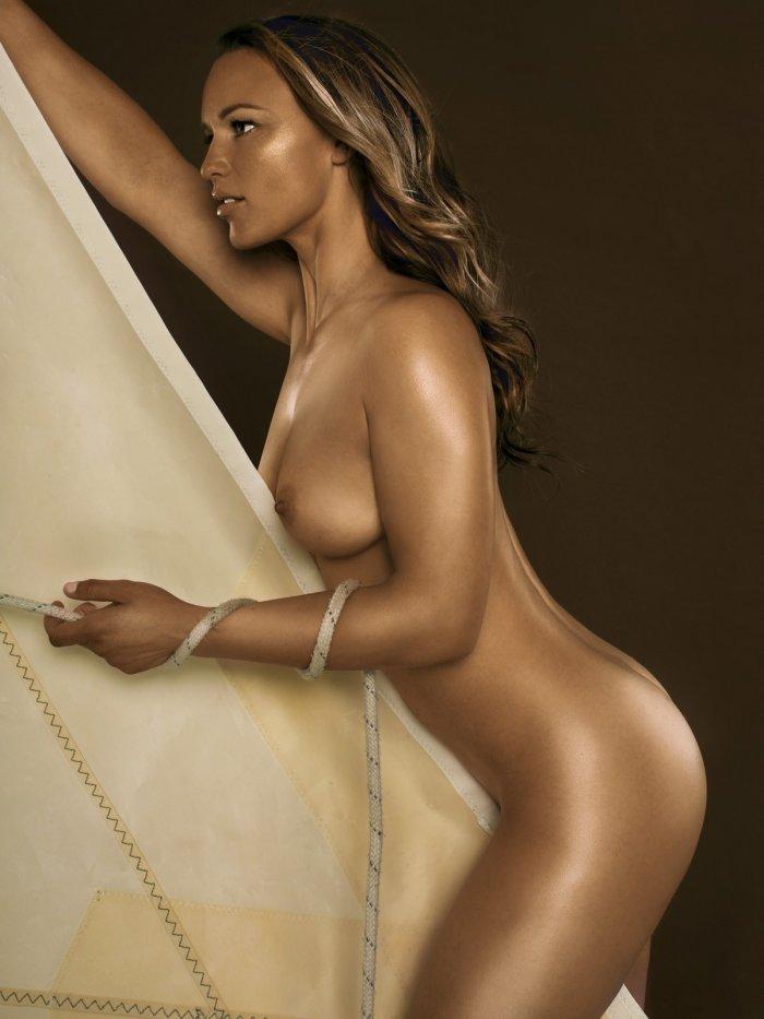 Соблазнительная красотка спортсменка с красивыми формами
