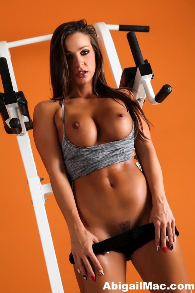 Сексуальная девушка спортсменка с круглыми голыми сиськами