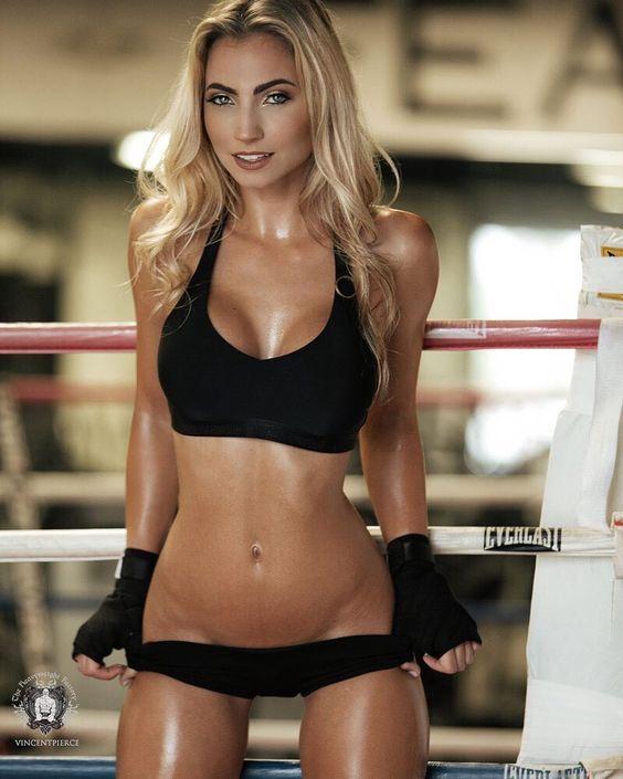 Красотка спортсменка с осиной талией на боксерском ринге