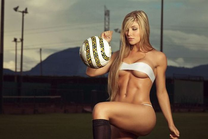 Красотка футболистка с сногсшибательной фигурой