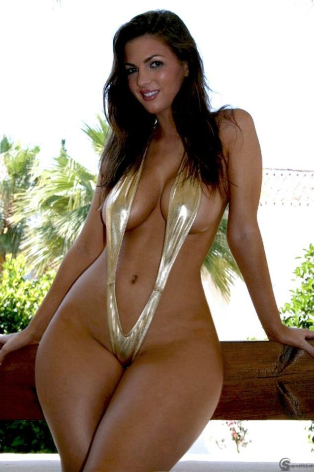 Девушка в мини бикини с широкими гладкими бедрами