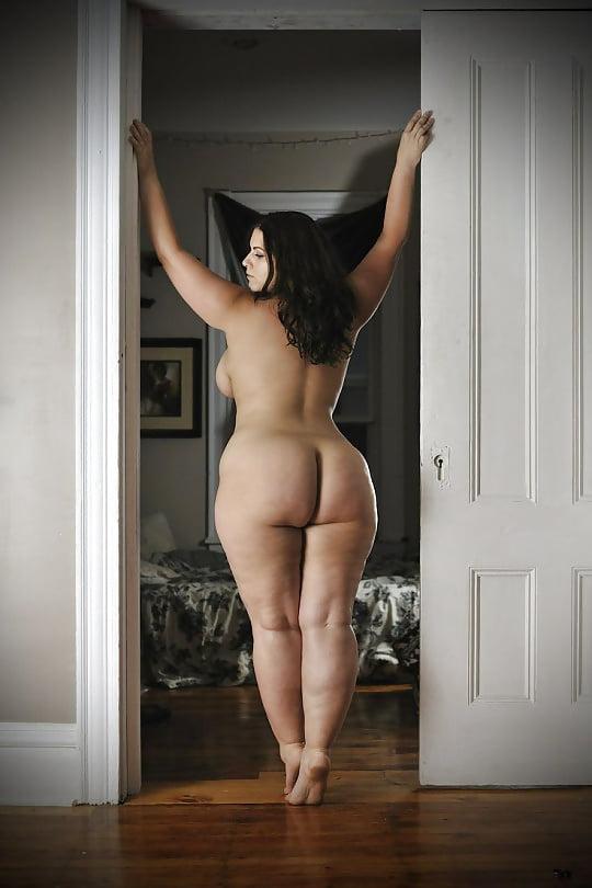 Женщина в теле с широкими бедрами без единого грамма фотошопа