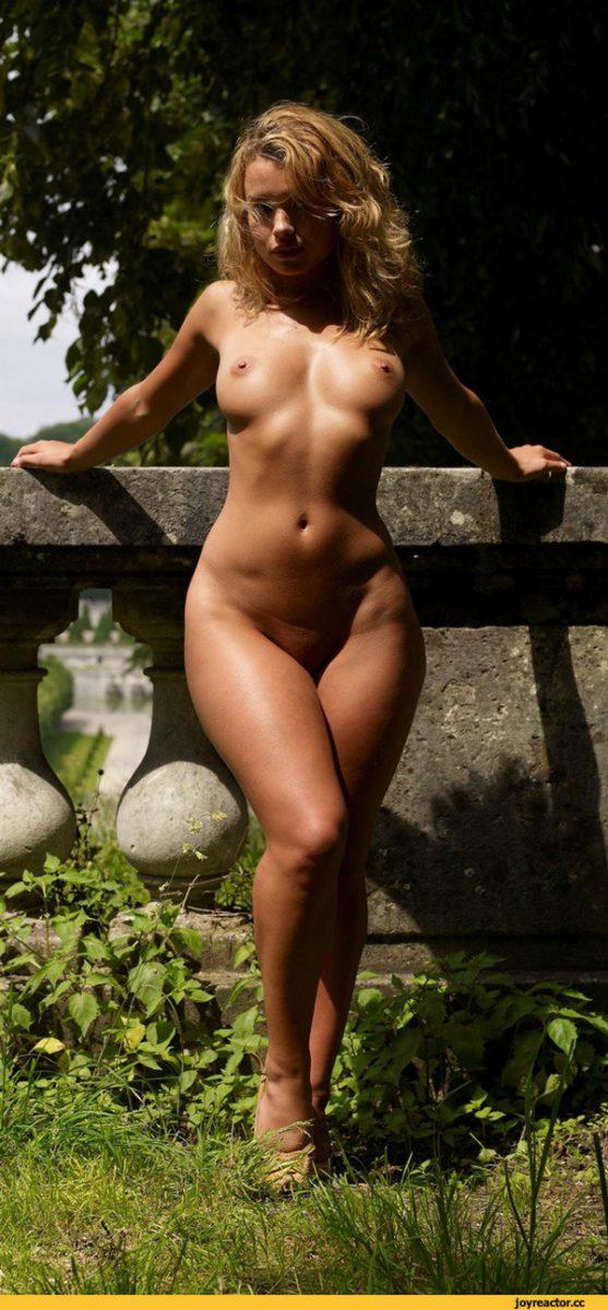 Голая девушка на улице с не очень широкими бедрами