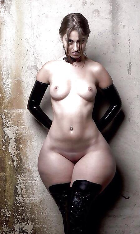 Сексуальная красотка в латексных перчатках и чулках с маленькой грудью, но широкими круглыми бедрами