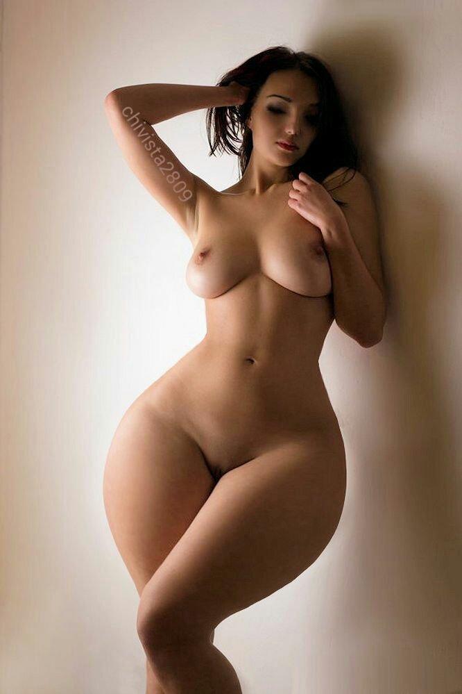 Обнаженная сучка с покатыми широкими бедрами и упругой грудью