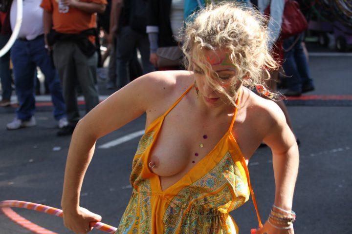 У уличной артистки развязалось платье оголив одну грудь