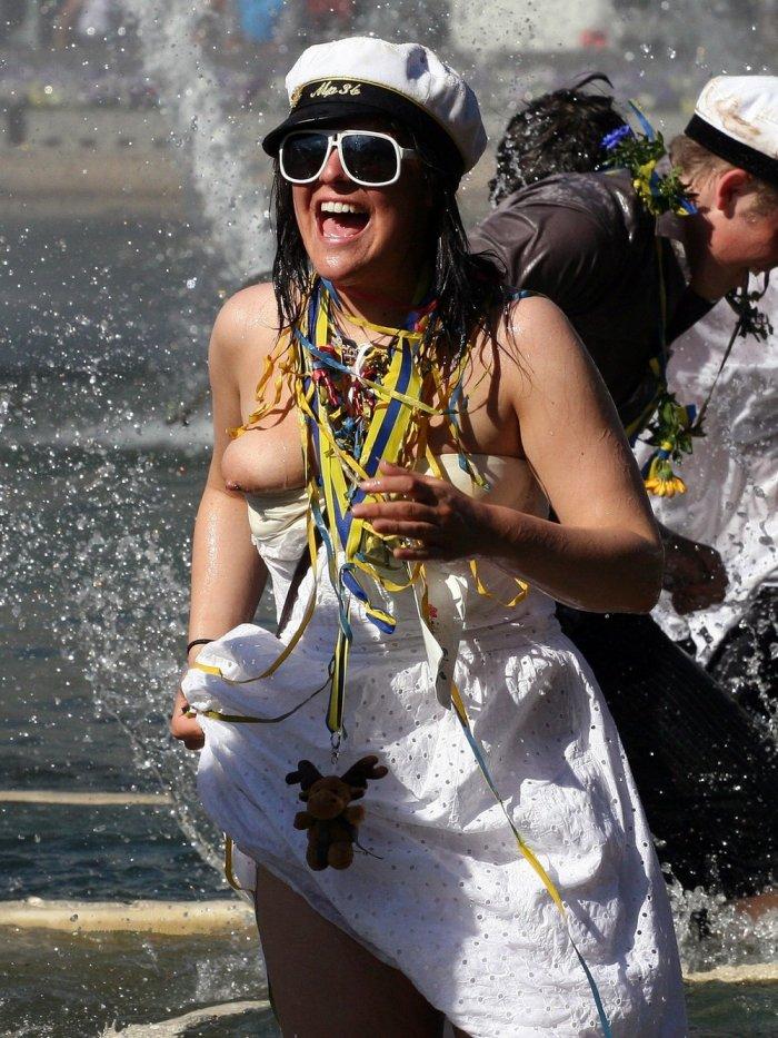 Веселая женщина так купалась в фонтане, что выпрыгнула сиська из платья