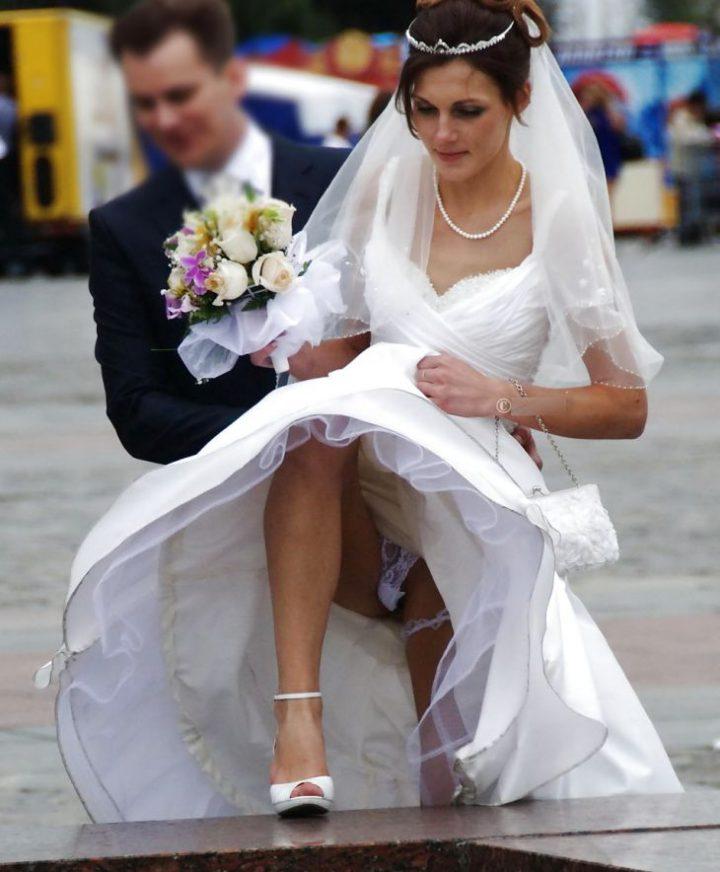 Невеста очень высоко подняла платье и засветила кружевные стринги