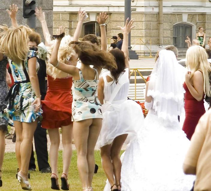 Подружки невесты так высоко прыгали, что у некоторых поднялись платья