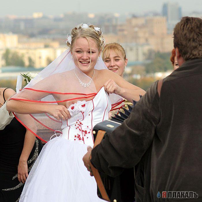 У блондинки невесту упал корсет и обножилась одна грудь