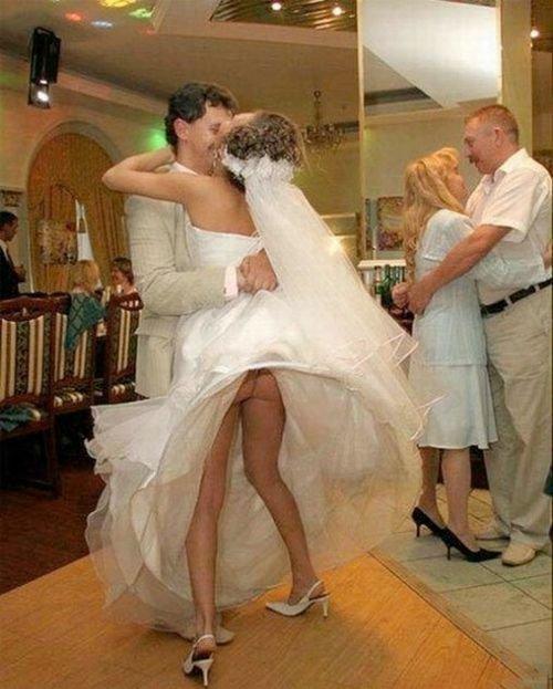 В страстном танце невесты оголилась ее упругая задница