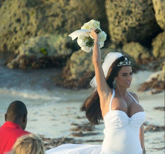 Большая грудь невесты выпрыгнула из маленького декольте