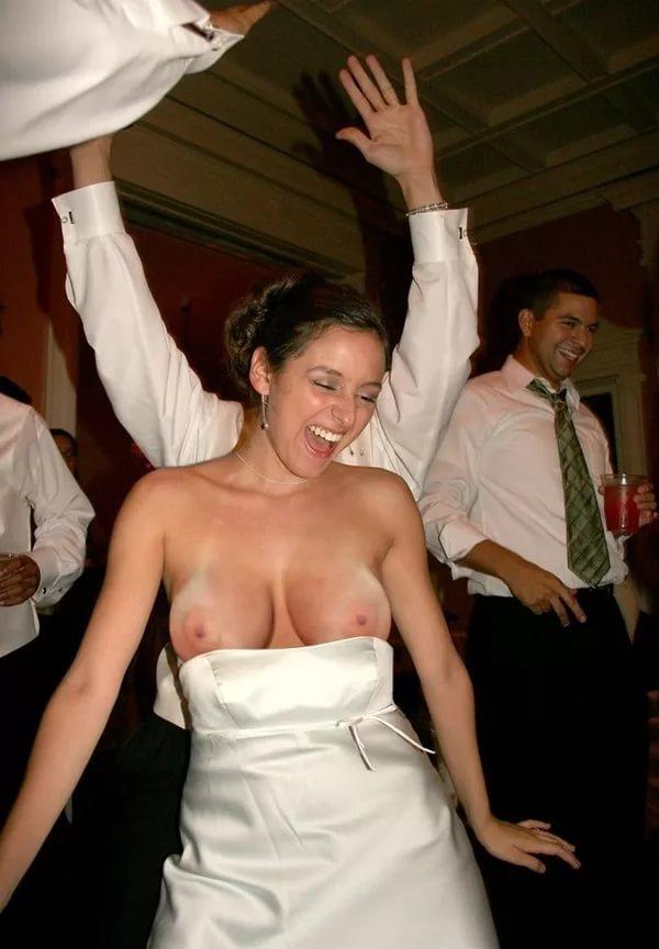 Невеста так зажигательно танцевала, что свалилось платье оголила сиськи