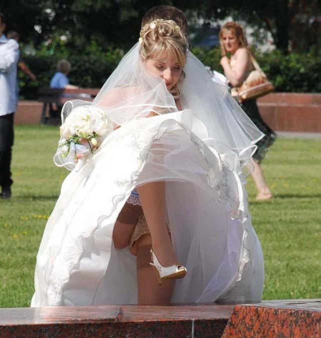 Будущая жена высоко подняла ногу и засветила чулки и бежевые трусики